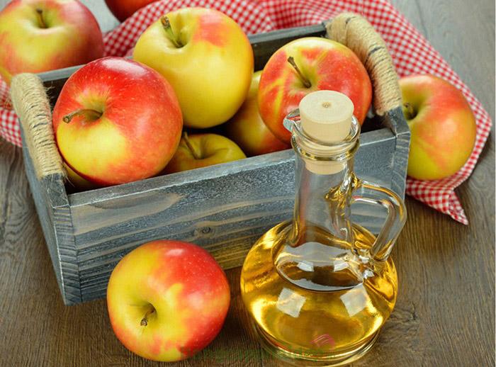 Sử dụng giấm táo là một trong những cách làm giảm mạch máu trên mặt hiệu quả.