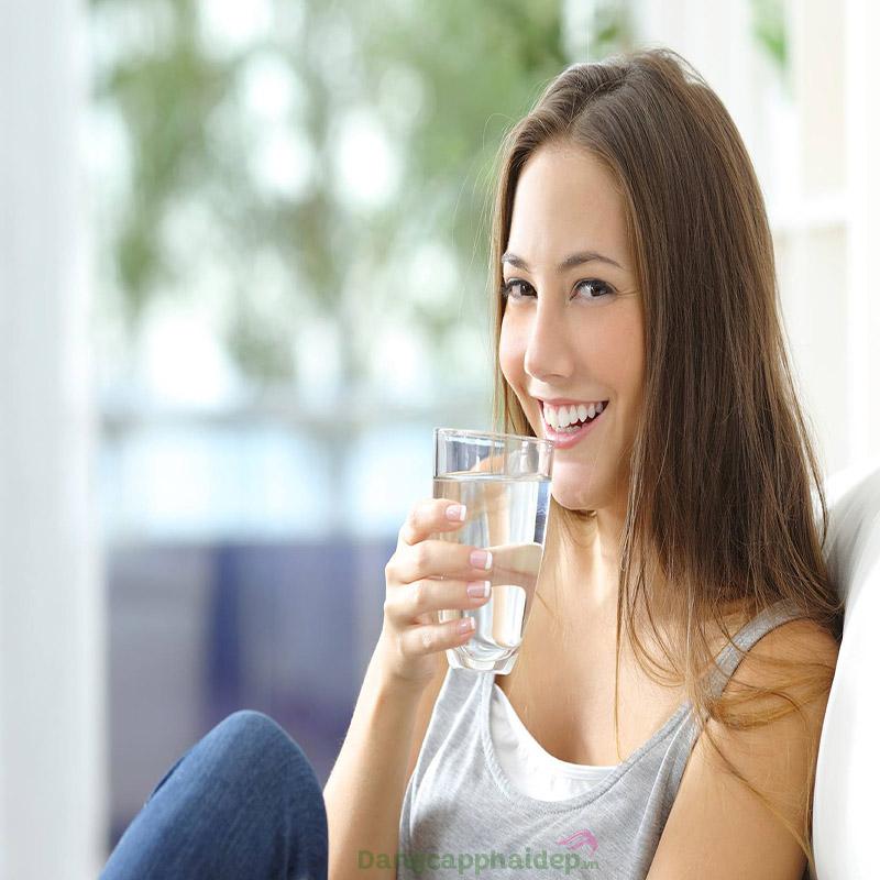 Uống nước lọc giúp thải độc cơ thể hiệu quả.