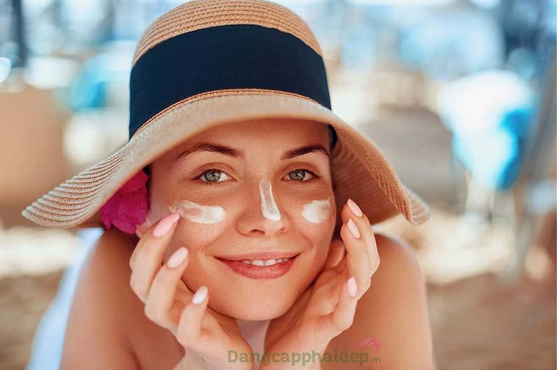 Bôi kem chống nắng là cách tối ưu để bảo vệ da trước tia cực tím