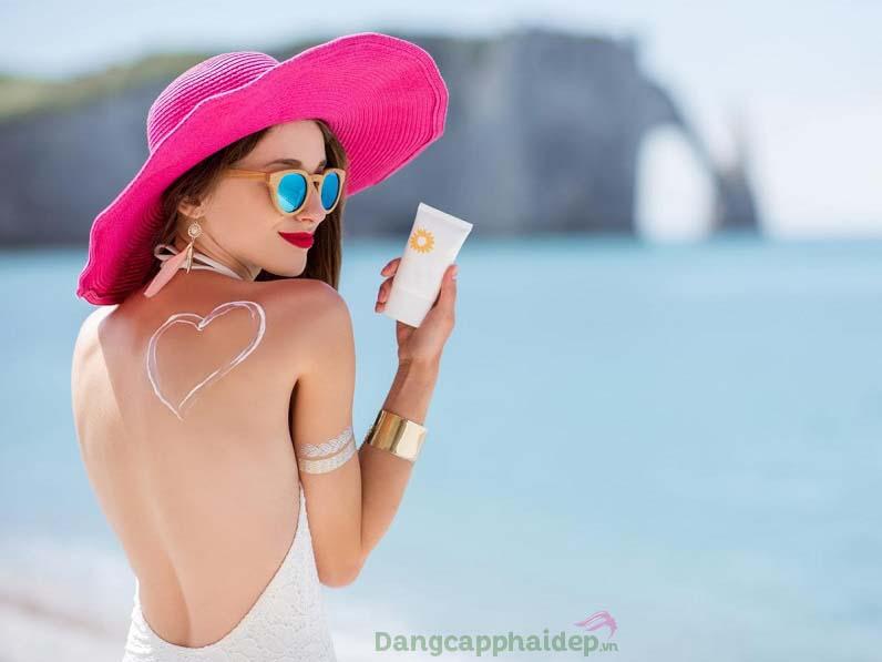 Nên bôi kem chống nắng trước khi ra ngoài 15 - 20 phút và bôi lại sau mỗi 2h để bảo vệ da tối ưu