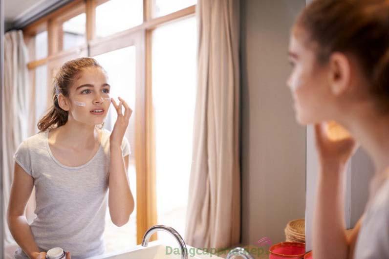 Ở trong nhà vẫn cần bôi kem chống nắng để bảo vệ làn da tốt nhất