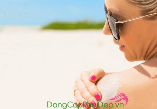 Cần bôi kem chống nắng vừa đủ cho da và bôi trước khi ra ngoài từ 20 - 30 phút