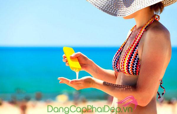 Nên bôi kem chống nắng với lượng vừa đủ để tránh tình trạng da bị nổi mụn