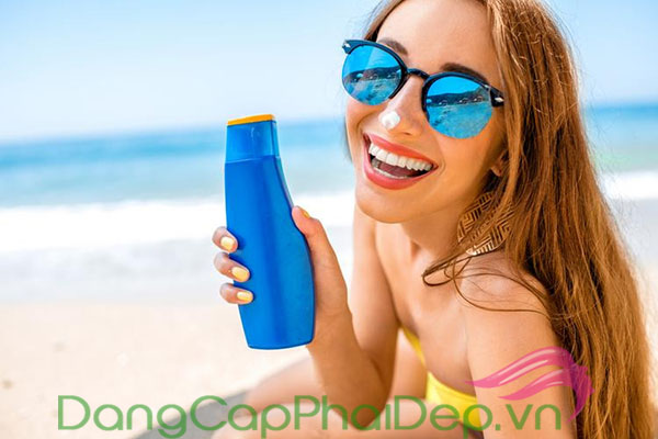 bôi kem chống nắng là bước chăm sóc da vào mùa mưa bạn không thể bỏ qua.