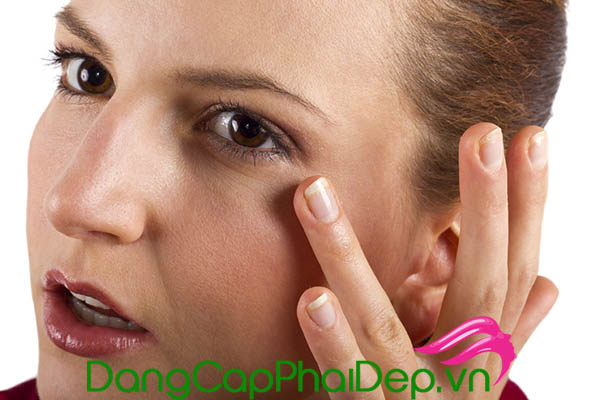 Cần bôi kem chống nắng quanh mắt để bảo vệ làn da tối ưu trước tác động tia cực tím.