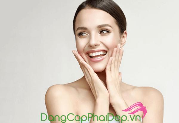 Tẩy trang sau khi dùng kem chống nắng giúp lỗ chân lông thông thoáng, ngăn ngừa mụn