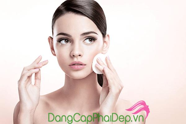 Tẩy trang sau khi dùng kem chống nắng là bước chăm sóc da cực kì quan trọng.