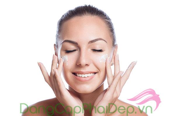 Thoa kem dưỡng chống lão hóa đều đặn vào mỗi buổi sáng sau khi làm sạch da.