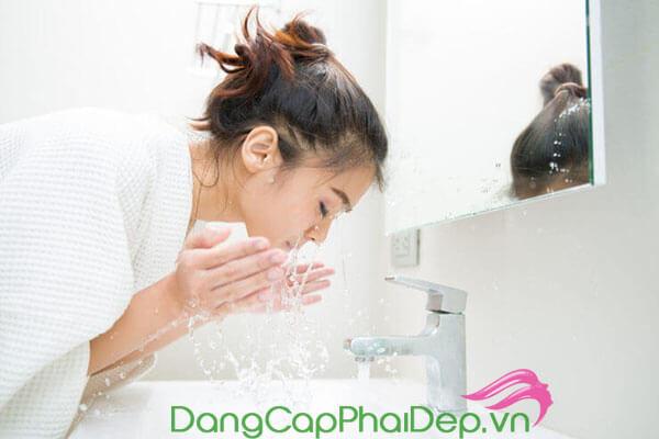 rửa mặt bằng sữa rửa mặt chuyên dụng