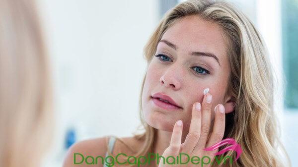 Thoa kem chống nắng cho da mặt sau bước dùng kem dưỡng ẩm