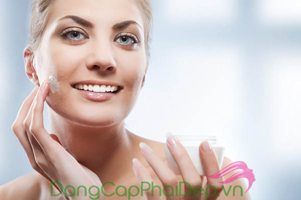 Sử dụng kem dưỡng vào mỗi buổi sáng sau khi làm sạch da.