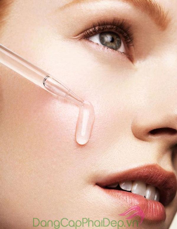 Sử dụng serum dưỡng da hoặc các dòng sản phẩm đặc trị.