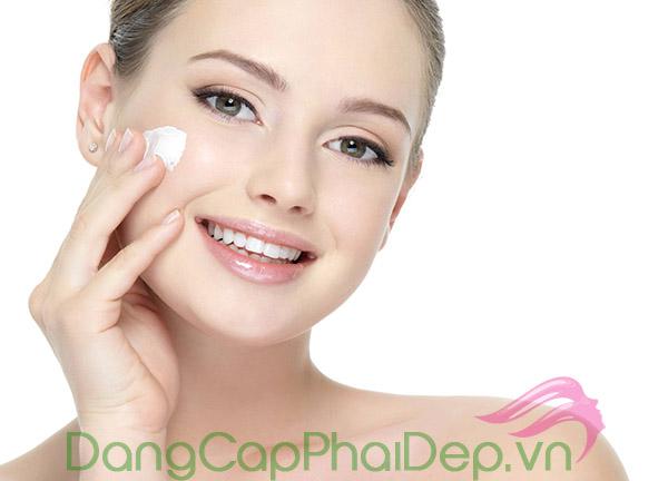 Dưỡng ẩm là 1 trong các bước chăm sóc da quan trọng để duy trì làn da mềm mượt tự nhiên.
