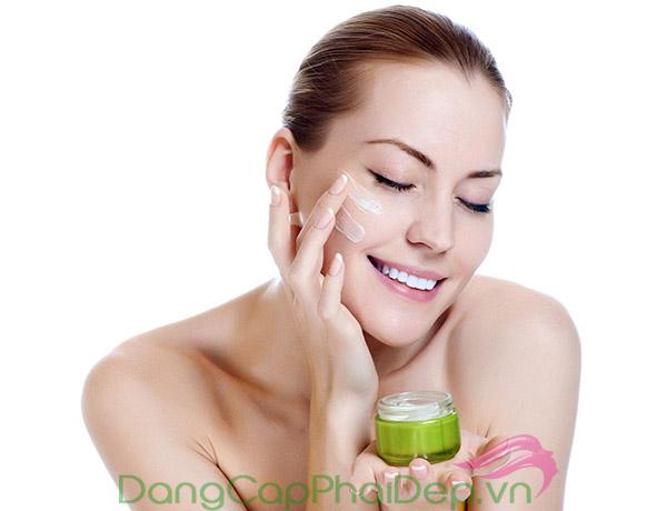 Kem dưỡng ẩm hỗ trợ cấp nước, cân bằng độ pH cho da, giúp làn da căng mượt tự nhiên và ngăn ngừa lão hóa hiệu quả.