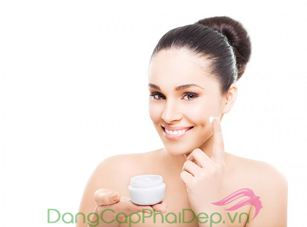 Sử dụng kem dưỡng ẩm đều đặn 2 lần/ngày vào buổi sáng và tối.