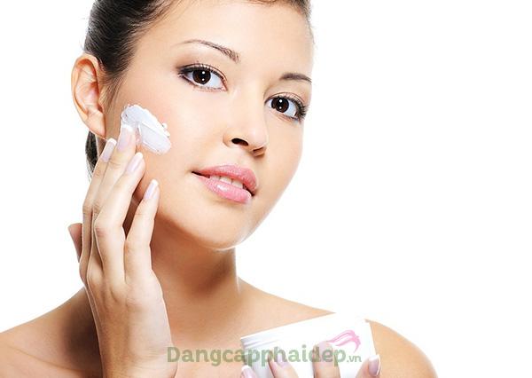 Thoa kem đều đặn vào mỗi buổi sáng sau khi làm sạch da.