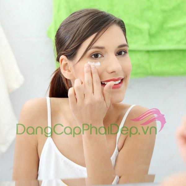 Sử dụng kem trị mụn 2 lần/ngày vào buổi sáng và tối sau khi làm sạch da mặt.