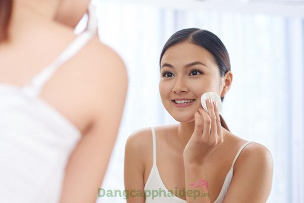 Làm sạch da, ngừa mụn và se khít chân lông hiệu quả nhờ dùng nước cân bằng da.