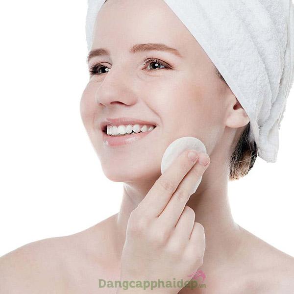 Sử dụng nước cân bằng da sau khi rửa mặt.