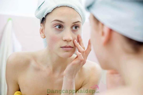 Độ ẩm, độ pH của da bị thiếu hụt là một trong những nguyên nhân chính khiến da nhạy cảm dễ kích ứng, khô ráp, mẩn đỏ...