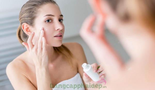 Bôi tinh chất chống mụn 2 lần/ngày vào sáng và tối sau khi làm sạch da mặt.