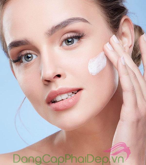 Sử dụng kem dưỡng ẩm là bước chăm sóc da quan trọng để duy trì làn da căng mịn, đẩy lùi tình trạng lão hóa sớm.
