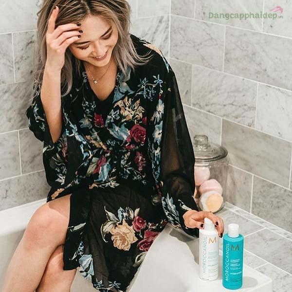 Sử dụng kết hợp dầu gội và dầu xả tăng cường sóng xoăn Moroccanoil để tăng hiệu quả chăm sóc tóc