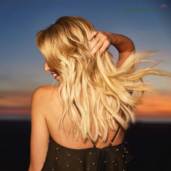 Mái tóc xoăn càng thêm bồng bềnh, óng mượt khi sử dụng dầu gội Moroccanoil Curl Enhancing Shampoo thường xuyên.