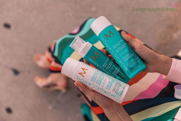 Dùng dầu xả kết hợp cùng dầu gội Moroccanoil Color Continue Shampoo để tăng hiệu quả chăm sóc tóc nhuộm.