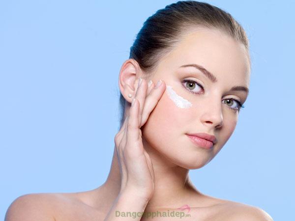 Sử dụng kem dưỡng trẻ hóa da đều đặn vào mỗi tối