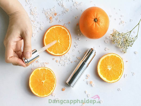 Vitamin C giúp làm mờ sạm nám, dưỡng sáng da hiệu quả.
