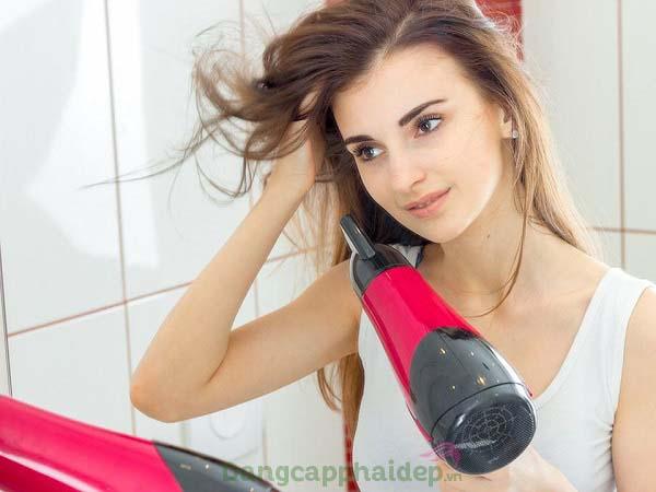 Thường xuyên sấy tóc, lại không chăm kĩ, tóc sẽ nhanh xơ rối và bông xù kém tự nhiên.