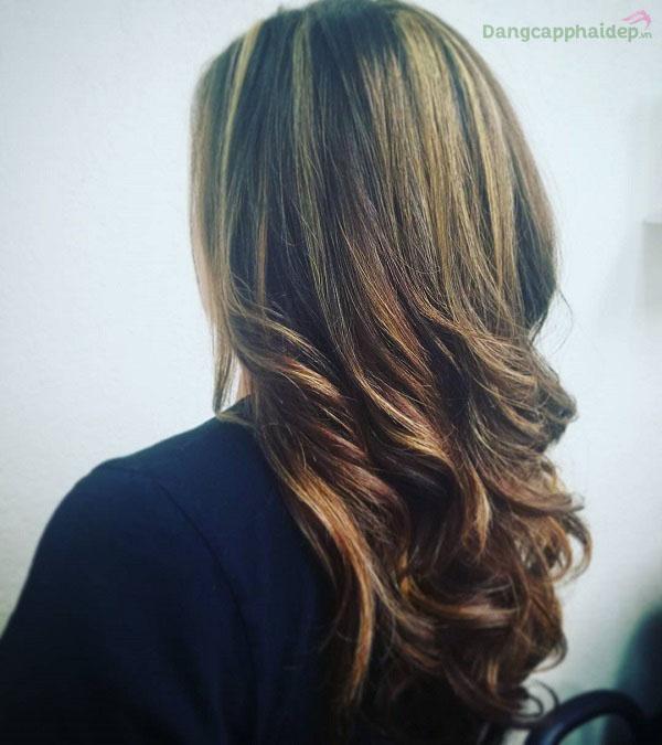 Tóc mềm mượt, dễ chải và dễ tạo nếp sau khi xịt dưỡng chống rối tóc Moroccanoil Frizz Control.