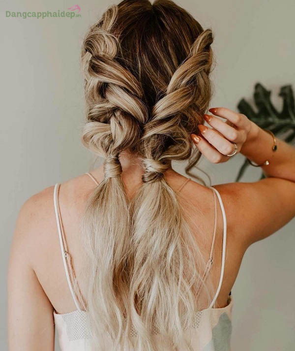 Xịt dưỡng Moroccanoil Frizz Control không làm tóc bết dính khó chịu sau khi dùng.
