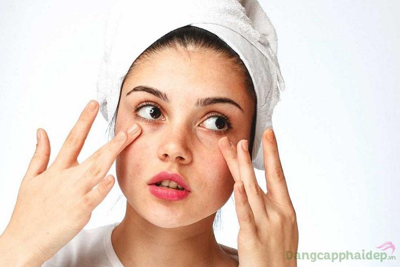 Da khô sần, lỗ chân lông to và lão hóa nhanh hơn khi mất nước, thiếu ẩm