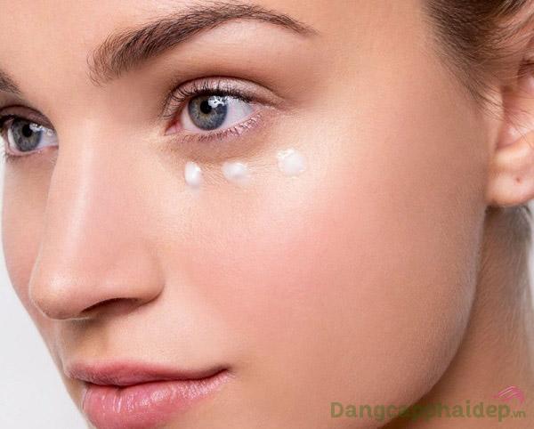 Sử dụng gel dưỡng mắt đều đặn 2 lần/ngày vào sáng và tối để đạt hiệu quả tốt nhất