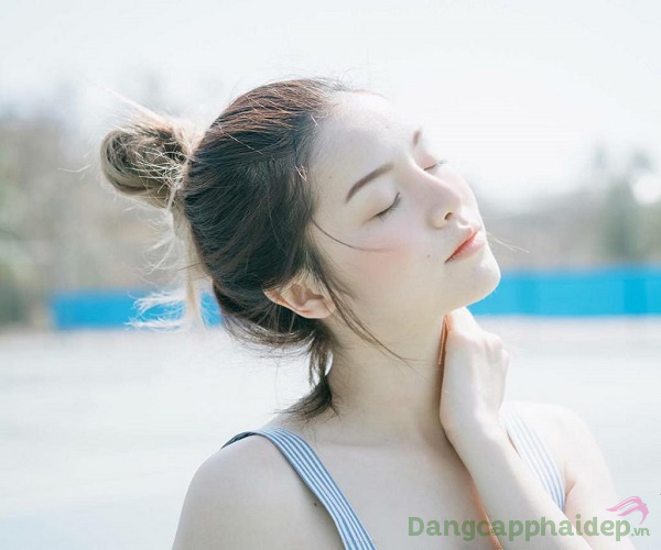 Bôi kem chống nắng là bước chăm sóc da cơ bản hàng ngày để bảo vệ, giữ gìn làn da khỏe mạnh, trẻ trung lâu dài