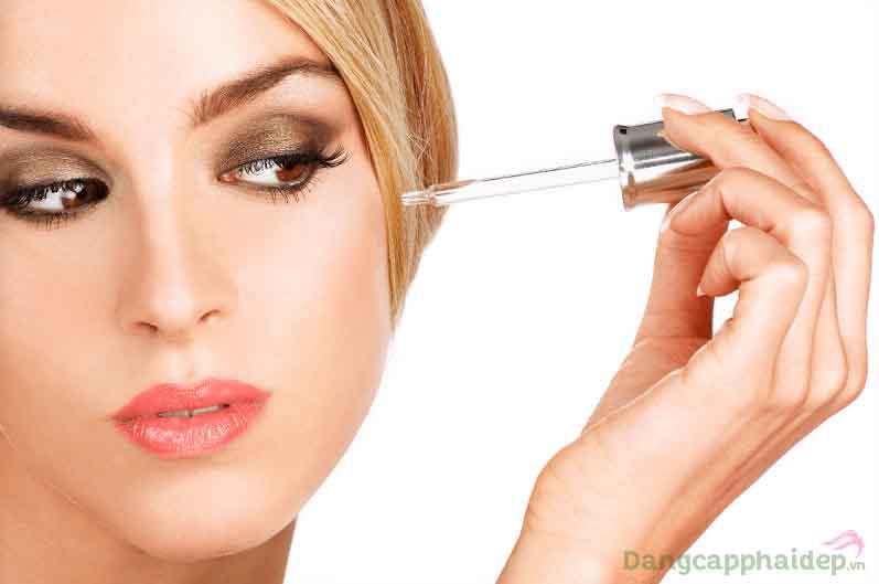 Sử dụng serum dưỡng da 2 lần/ngày vào mỗi sáng và tối sau bước dùng cân bằng da