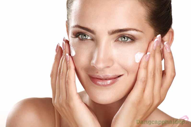 Thoa lên vùng da bị mụn đều đặn 2 lần mỗi ngày vào sáng và tối