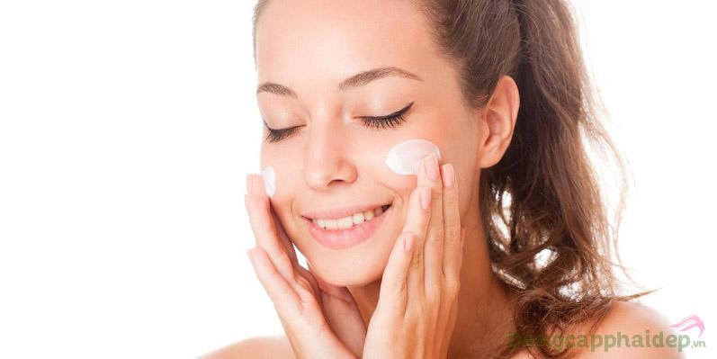 Sử dụng nhũ tương chống nắng đều đặn vào mỗi sáng để bảo vệ da mặt tốt nhất