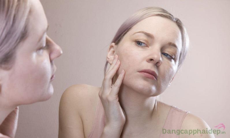 Da khô ráp, sần sùi là những dấu hiệu cho thấy da thiếu ẩm