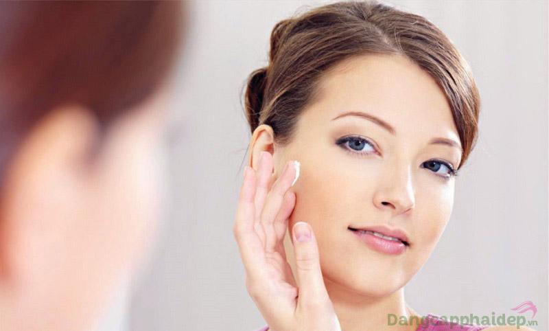 Dùng kem dưỡng thường xuyên để phục hồi và tái tạo làn da nhanh chóng