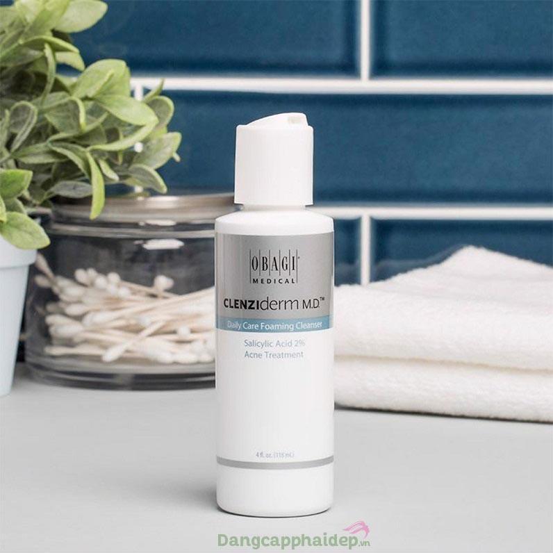 Rửa mặt bằng nước ấm và sữa rửa mặt dịu nhẹ cho da mụn