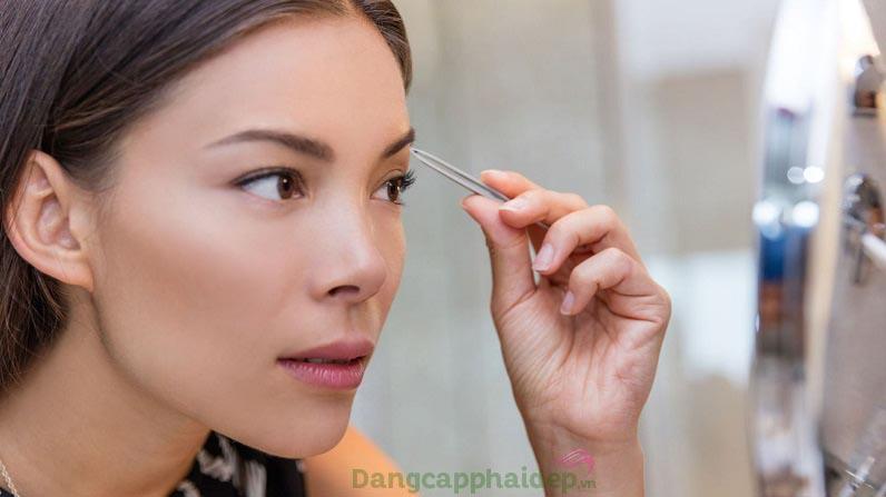 Thường xuyên nhổ, cạo lông mày khiến lông mày mọc ngược dễ dẫn đến tình trạng mọc mụn lông mày