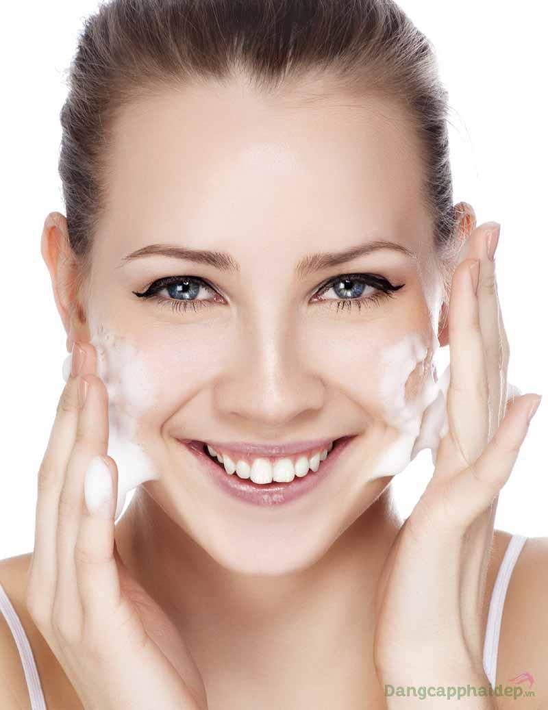 Dùng sữa rửa mặt Neova Radiant Wash 2 lần mỗi ngày để duy trì làn da sạch thoáng và sáng khỏe lâu dài nhé