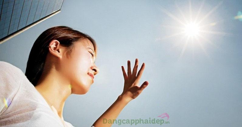 Tiếp xúc với ánh nắng mặt trời là nguyên nhân gây tình trạng da rám nắng, cháy nắng