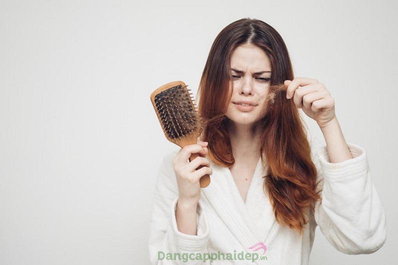 Thay đổi nội tiết tố khiến tóc gãy rụng mất kiểm soát