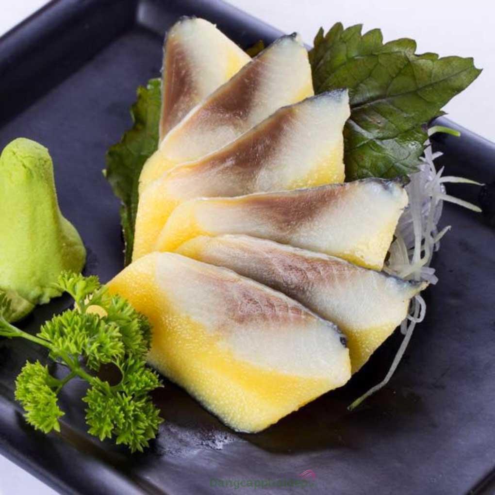 Cá trích ép trứng được làm từ những lát phi lê cá trích ở lớp trên và ép trứng cá chuồn lớp dưới