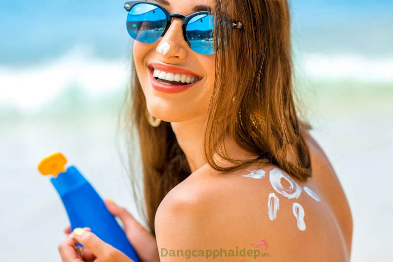 """Bôi kem chống nắng bảo vệ da là bước """"bất di bất dịch"""" để duy trì làn da khỏe đẹp dài lâu"""
