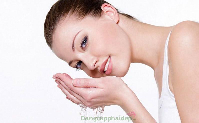 Làm sạch da mặt 1 trong các bước trị mụn ẩn hiệu quả